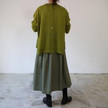 グラスグリーンのニットをベースに、暗めのモスグリーンスカートを掛け合わせた「グリーンオングリーン」コーデ。色がしっかりとした軸になっているから、穏やかな印象がブレません。