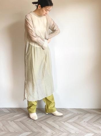 ピスタチオグリーンと同様、トレンドのひとつである「シアー素材」。透け感の美しさを堪能するなら、こんな色の主張を抑えたものがぴったり。ナチュラルメイクとホワイトベースのシンプルコーデで、パンツを主役に持ち上げて。