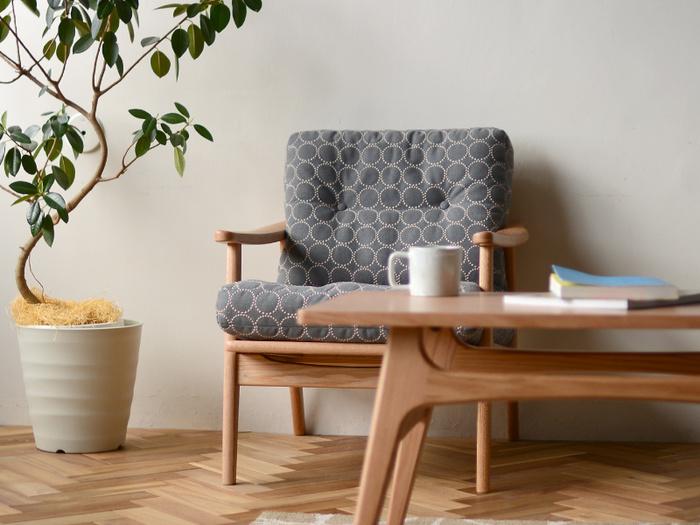 こちらは、「マルニ木工」と世界的テキスタイルブランドのミナペルホネンとのコラボレーションで誕生したマルニ60の特別なソファー。ミナペルホネンのテキスタイルの中で最も有名で愛されている「tambourine (タンバリン)」柄を使用。