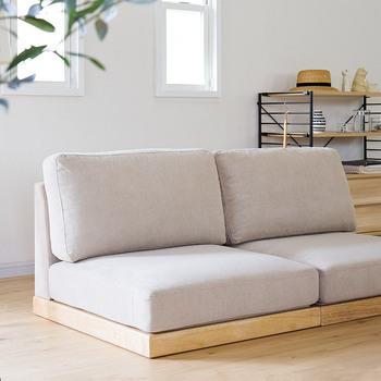 本当に必要なもの、好きなものだけを揃えて暮らすゆとりのある生活。そんなミニマルなインテリアを提案する「enkel(エンケル)」シリーズのシンプルなソファー。