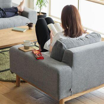 一人掛けソファーの大きなメリットは、ひとりの空間を確保できること。家族とぎゅうぎゅうになって二〜三人掛けソファーに座ると、何かに集中したり自分のペースで時間を過ごすことが難しいですよね。でも、一人掛けソファーがあるとパーソナルスペースを確保できます。読書やソーイングに没頭したり、コーヒーを飲んでリラックスしたり…と、リビングの一角が、たちまち自分だけの空間になります。