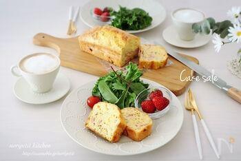 ケークサレとは、フランス語で「塩味のお菓子」を意味します。砂糖を使わずに、野菜やチーズなどの具材を混ぜ込んだ、甘くないパウンドケーキです。「おかずケーキ」ともいわれています。朝食や昼食などの食事のメインとしてもおいしく味わえるのが魅力的。甘いケーキが苦手な方にもおすすめですよ♪