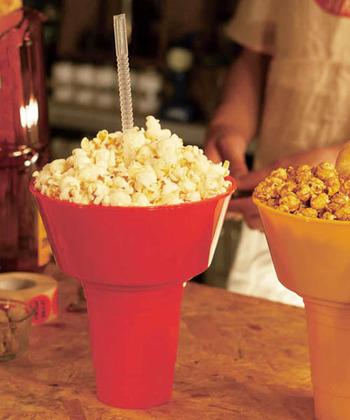 大容量のタブにのせたスナック類とタンブラーに注いだドリンクを一度に楽しめるユニークなアイテム。アメリカでは球場や映画館などで使用されているそう。おうちでDVDを観ながらポップコーン&ジュースで、アメリカン気分に浸ってみませんか?
