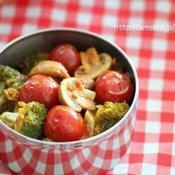 彩り豊かな「マッシュルームとブロッコリーのカレー炒め」。材料を全部一緒に炒めるだけで作れる簡単レシピです。彩りが良いので、お弁当のすき間おかずとしてもぴったり。カレー味なのでお子さんも食べやすそうですね。