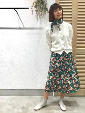 同柄のスカーフ×スカートを使った、かわいらしいコーデ。アイテム同士が離れているからこそ、お揃いの柄でも派手すぎず、まとまって見えますね。