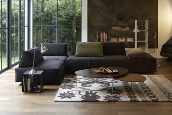 パーツごとに買い足したり、それぞれの張り地の色を変えたりと、さまざまな楽しみ方ができるフレキシブルなソファー。三人掛けはたたみ一畳分、一人掛けはその半分の大きさで、日本の住空間に馴染みやすいモジュールサイズ。