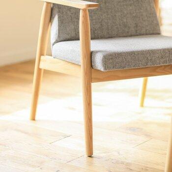 一人掛けでありながらも、背もたれに思いっきりもたれながら足を伸ばすなど、広いソファーのようにゆったりとくつろげるのが大きな魅力。