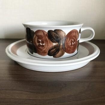 【ロスマリン(Rosmarin)ティーカップ&ソーサー】 designer:ウラ・プロコッペ  アラビアのヴィンテージには、一点一点手描きが施された食器が多いことも特徴的です。こちらも、手描きの花の人気デザイン。アラビアの「アネモネ」シリーズと似ていまうが、こちらは「ロスマリン」。意味はローズマリーですよ。  1966年~77年にかけて製造されたとされているシリーズです。色の濃淡によって茶色に見えたり、赤茶に見えたり。上品な雰囲気を放ちます。
