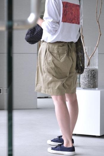 女性が履いても可愛いフレンチアーミーのショートパンツ。1950-60年代にフランス軍の将校が履いていたもので、ショートパンツとはいってもどこかクラシカルな雰囲気があります。フラっトシューズやブーツ等を合わせて履いても◎。