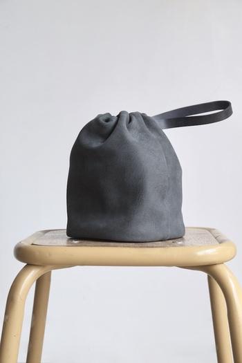 ミニマムなデザインのこちらの巾着バッグは山羊革を使用し作られたSTYLE CRAFT(スタイルクラフト)のもの。コンパクトなサイズなので、携帯やお財布など必要最低限のものを入れるのにぴったりです。