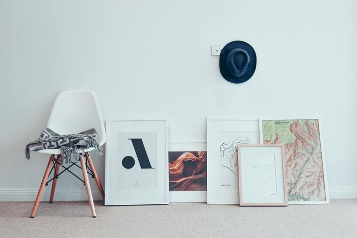 壁に飾るイメージのある絵画ですが、床に並べたり重ねて置いたりすることで、カジュアルな印象を与えてくれます。肩ひじ張らずにアートを楽しみたい、気分によって並べ替えたいという時にもぴったり。後からアートを買い足した時にも、配置に悩まず飾ることができます。