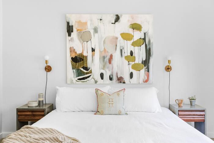 サイズの大きなアートは、壁に飾るだけで壁紙のように空間に彩りを与えてくれます。細かい配置を考える必要もないので、殺風景なスペースに悩んだ時にはおすすめ。他のインテリアとの色の組み合わせにだけ気を付ければ、作品一つで部屋の印象をがらりと変え、簡単な模様替えにもなってくれます。また額縁を付けた絵画や写真なら、まるで別の世界を映すスクリーンのようになって、部屋を広く見せるのにも役立ちますよ。
