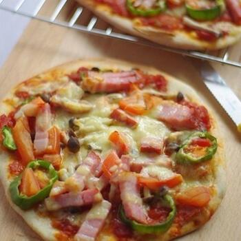 軽い口当たりの食感が、ピザの具と相性抜群の「全粒粉入りのピザ」。準強力粉に全粒粉、塩などのシンプルな材料を捏ねて発酵を待ち、オーブンで焼いて完成です。
