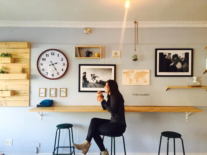自宅の一角がカフェ風の空間になれば、毎日の楽しさも増しますよね。アートは1作品壁に飾るだけで雰囲気をがらりと変えてくれるので、カフェ風の空間づくりにはぴったり。カウンター風の長いテーブルや高めの椅子、おしゃれな照明などをそろえれば、いつもの部屋がカフェに変わってくれます。