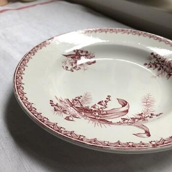 1705年創業、フランス北部のサンタマン窯のうつわも、フランスヴィンテージの蚤の市で見かけます。  【サンタマン  スズラン スーププレート】 赤で描かれたスズランの絵が可愛らしいスーププレート。バランスよく余白があり、中央に料理を盛りつけるのが楽しみになるお皿です。