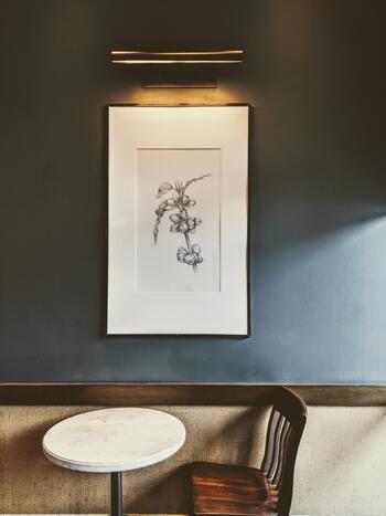 大きなアートを1つだけ壁に飾ると、自然と部屋のワンポイントとなって視線を集めてくれます。特に無地の壁であれば、その効果は絶大!もう一つの窓のような役割も果たしてくれるので、日の入らない暗いスペースには、明るい色合いの作品を置くのもおすすめです。
