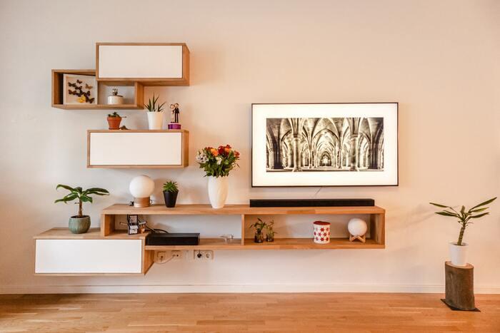 ベッドや棚、ソファなど、アートをインテリアの上に置くという方も多いのではないでしょうか。そこで気を付けてみてほしいのが、インテリアとアートの形をそろえるということ。長方形のソファには、長方形のアートを。縦長の棚には、縦長のアートを。頭でっかちな印象にならないよう、アートはインテリアと同じ大きさか、それより小さなものがおすすめです。