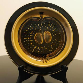 【フラクタス(FRUCTUS) 20cmプレート】 designer:グンヴァル・オリン・グランクヴィスト  ウラ・プロコッペがお皿のフォルムのデザインを手がけ、さらにグンヴァル・オリン・グランクヴィストが果実の実をハンドペイントで手掛けたプレート。フラクタスとは、果実を意味します。  1971-75年に製造されたもので、「コスモス」と並ぶ、グンヴァル・オリン・グランクヴィストの人気デザインです。