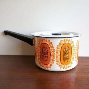 【フィネル ひまわり 片手なべ】 designer:エステリ・トムラ  この色使い、昭和の食卓にもありそう・・と思われるかもしれませんが、1970年代のフィネル社製の片手なべ。フォルムデザインを手掛けたのは、かの有名なカイ・フランク。よく眺めると日本には無いデザインの美しさが宿ります。  このひまわりのデザインは、上でご紹介した「イソクッカ」と同じく、エステリ・トムラ。眺めるだけでも元気がわきますね。
