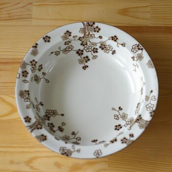 """【ジャポニカ サラダボウル】 designer:ジャクリーヌ・リンド  もうひとつ、個性派のお皿をご紹介。ジャクリーヌ・リンドはロールストランドを代表する女性デザイナーで、すっきりとしたデザインの「フィヨルド」などが代表作ですが、""""ジャポニカ""""と冠した、日本の梅を描いたプレートも手掛けています。1960年-70年代の製造で、和×北欧のコラボレーションを楽しめる一皿。"""