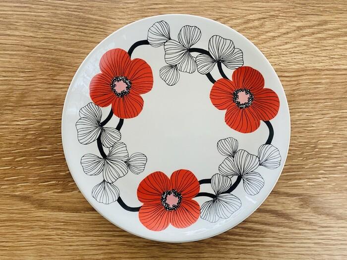 【イソクッカ(Isokukka) ケーキプレート】 designer:エステリ・トムラ  今も人気が高いアラビアのデザイン「Esteri(エステリ)」のデザイナーとしても知られるエステリ・トムラのお花模様。1969年-71年に製造されたもので、赤いお花が可愛い!着色されているのがお花だけで、赤・白・黒のコントラストも素敵。
