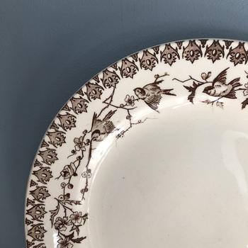 【ショワジールロワ H. Boulenger & Cie CHOISY LE ROI プレート】  おまけ的に、クレイユ&モントローを吸収合併する前のショワジールロワ窯の可愛らしいプレートをご紹介。こちらの絵、フチに沿って鳥が描かれているのですが、実はツバメ♪ 日本的なデザインも扱っていました。