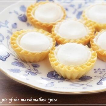 爽やかレモンパイにはメレンゲが乗っているのが定番ですが、メレンゲ作りは泡立てるのにひと苦労しますよね。そこで、代わりにマシュマロを使っているのが、こちらのレシピです。 簡単で、見た目もふわふわと可愛らしいですね。