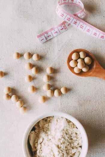 カロリーの高い食材を別のカロリーの低い食材に置き換えるダイエットは、手軽にできることから、人気があります。例えば、いつものおかずやご飯、スイーツを作る際に、おからパウダーを利用してカロリーダウンをしたりなど。そして、置き換えダイエットの中でも、豆腐に換えるダイエットは手軽でコスパもよく、栄養も取れると大人気。ちなみに海外ではチーズの代用に豆腐を食べるダイエットも人気だとか。