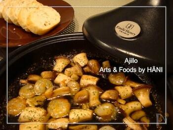 スペイン料理のアヒージョも、タジン鍋で。おしゃれですね。蓋のフォルムは個性的ですが、本体は一般的な鍋の形なので、いろいろな料理に対応できます。