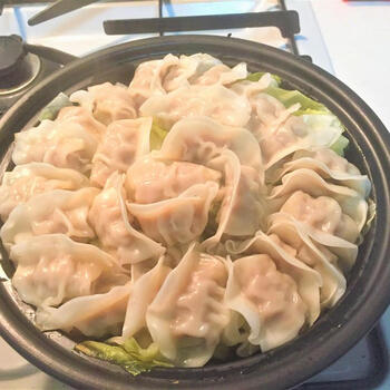 蒸し料理がおいしいタジン鍋…ということは、蒸し餃子も得意料理。油なしでヘルシー。皮はもちもちで、具材もジューシーです。焼き餃子よりも手間なしでラクですね。