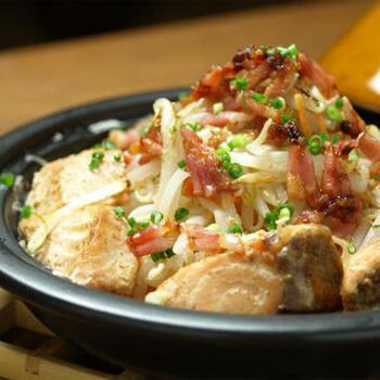 ごまダレをからめた秋鮭をもやしなどの野菜とともにタジン鍋に盛り、あとは加熱するだけ。味噌とバターを加えれば、ちゃんちゃん焼き風にも。こちらでは、電子レンジ対応のタジン鍋で手軽に作っています。