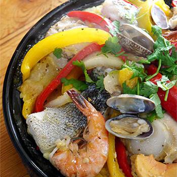 タジン鍋は、パエリアなど炊飯にも使えます。寄せ鍋セットなど魚介の詰め合わせを使って作ってみませんか。簡単なのに、豪華ですね。