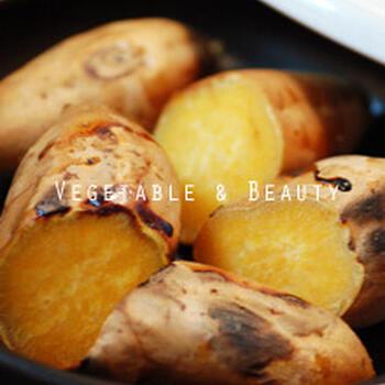 いろいろ調理できるタジン鍋ですが、焼き物もできます。こちらは、甘~い焼き芋。途中でひっくり返しながらふっくら焼き上げます。