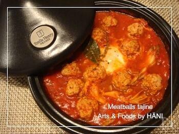 少しの水での蒸し料理が得意なタジン鍋ですが、少し水量の多い煮込み料理もおすすめ。ことこと火を入れたトマト煮は、肉や野菜のうまみたっぷりです。