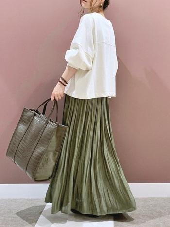 秋らしいカーキのスカートに、ふんわりゆったりめのカットソーをプラス。ナチュラルなアースカラーコーデです。プリーツスカートや光沢感のあるバッグなど、上品なアイテムを使うのがポイント!