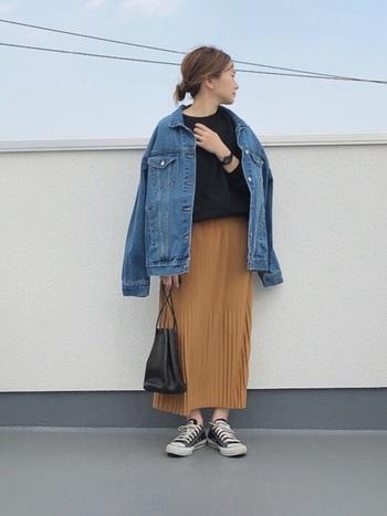 キャメルのスカートは、白を合わせると爽やかな定番コーデになりますが、今回はあえて黒のトップスでトーンを落ち着かせましょう。さし色にデニムのブルーを。