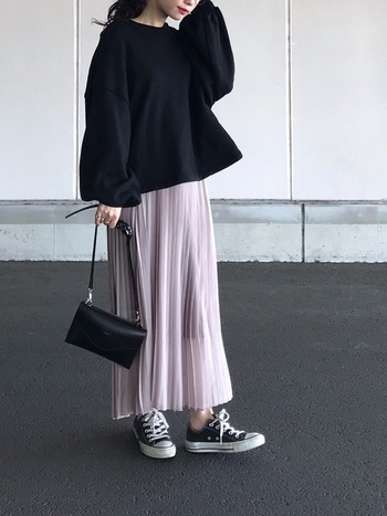 女性らしい淡いカラーのスカート。ガーリーなコーデが今の気分でない時は、他のアイテムはカラーを統一すると、すっきりシックにまとまります。