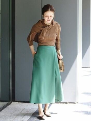 クリーンで華やかなグリーンのスカートには、秋らしいブラウンのアンサンブルを合わせて、爽やかな秋の装いに。