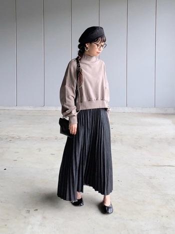 落ち着いたこっくりカラーのスカートには、スウェットを合わせてリラックス感を演出しつつも、眼鏡やベレー帽などの小物使いでカチっと感も忘れずに!
