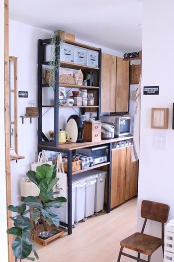 こちらはイーヴァルシリーズを、キッチンの収納棚として使用されています。自宅のキッチンに合わせてカスタマイズし、カラーもペイントされているようです。カラーチェンジすることで、印象が大きく変わりますよね。ナチュラル感がとてもおしゃれです。収納もバッチリで、ゴミ箱もすっきりと収まっています。