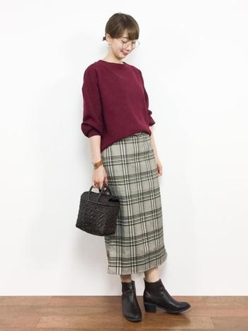 知的な印象のグレンチェックのタイトスカートには、大人っぽいアイテムがおすすめ。上品なニットとシックなカラーの小物で、落ち着いた雰囲気に。