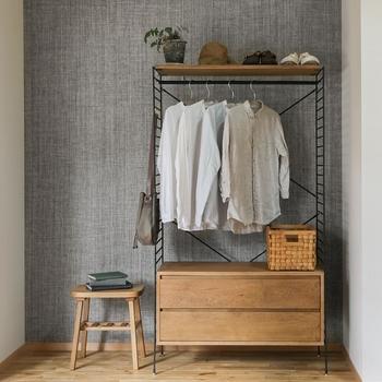 衣類を大量に収納するのに役立つのは、ハンガーラック。ハンガーにかけて収納できるので、しわになりにくく探しやすいのが魅力です。上下2段に掛けられるもの、こちらの写真のように下は棚になっているものなどさまざまなタイプがあります。衣類の種類分けをしてから、掛ける服とたたむ服の収納を使い分けてみては。