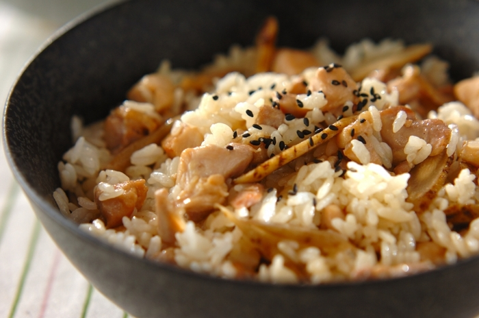炊き込みご飯の定番、鶏肉とごぼうの組み合わせも混ぜご飯にできるんです。作りたてより味が染み込むので時間がある時に混ぜご飯の素を作っておきましょう。  具材を作り置きしておけば好きな時に混ぜご飯が楽しめますよ。