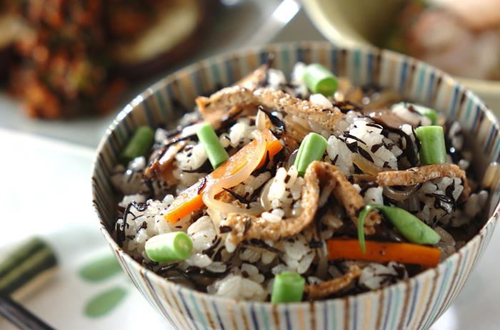 たくさん作るとあまりがちなひじきの煮物。あまり物のひじきの煮物をご飯に混ぜれば立派な混ぜご飯の完成。  ひじきの煮物を作ったら半分はそのまま食べる用に、半分は混ぜご飯にして冷凍しておいてもいいですね。
