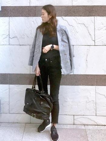 ブラックコーデにチェックのテーラードジャケットを合わせたお仕事コーデは真似したくなるかっこよさ。あえてスニーカーで外すことでテーラードジャケットの存在感が活きます。