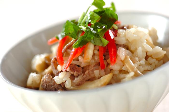 たっぷりのキノコと牛肉の混ぜご飯。めんつゆを使うので味付けも簡単♪ さっぱりとした紅生姜をのせて、食欲のない日にもあっさりいただけます。