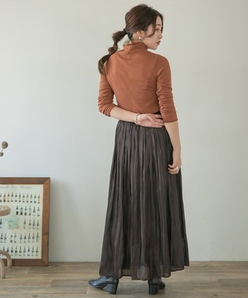 シアーなロングスカートは、カットソー素材のタートルネックトップスを重ねて縦ラインを強調したコーデに。美シルエットが叶います。