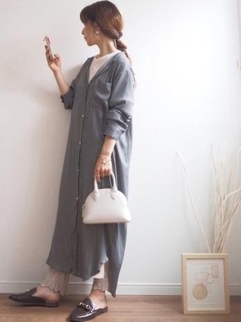 てろんとした素材感が素敵なシャツワンピース。爽やかな白いインナーを仕込んで、さらに裾のデザインが可愛いレギンスも重ねて。色味に変化を持たせたレイヤードコーデは軽さを演出しやすいです。