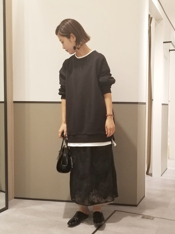 ぱっと見、スカートに見えるこちらは実はワンピース。ワンピースの上にトップスを重ねていつもの着こなしを変えてみましょう。とっても新鮮です。