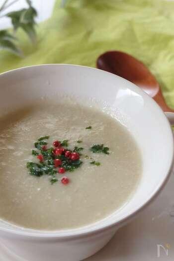 菊芋と豆乳のヘルシーな組み合わせのポタージュです。味付けは塩コショウのみなので、素材の味をダイレクトに感じられます。だんだんと寒くなってくる季節に、温かいポタージュでほっと一息付くのはいかが?